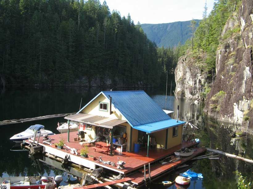 Floating-House-Powell-Lake-British-Columbia